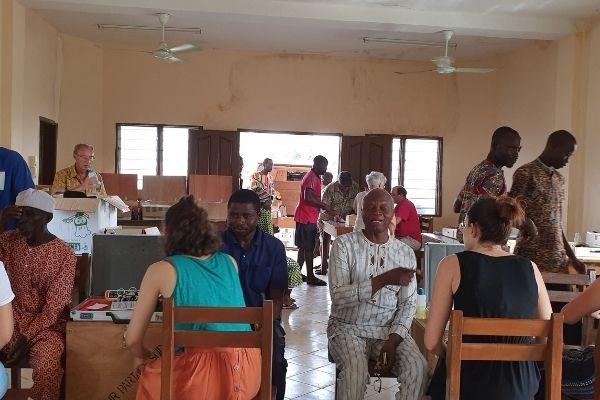 Personnes en consultation, lors d'une mission locale de l'association Couleur Partage Bénin