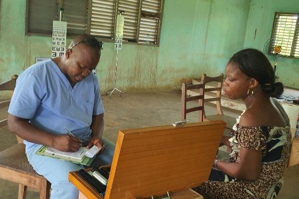 Personne en consultation, lors d'une mission locale de l'association Couleur Partage Bénin